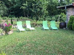 Számos vendég pihenőhely az udvarban