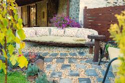 Számos kerti vendég pihenőhely az udvarban