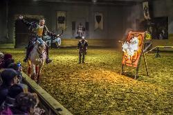 Történelmi lovasjáték középkori lakomával