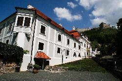 Püspöki Palota a sümegi középkori várral, amely a Dunántúl legnagyobb, legélőbb vára - Sümeg