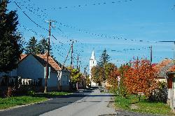 Utcakép a templomtoronnyal - településközpont, a túrák kiinduló pontja