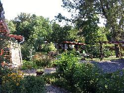 Az ŐSHAZA Vendégházban számos kültéri, romantikus pihenőhelyen élvezhetjük a tiszta természetet